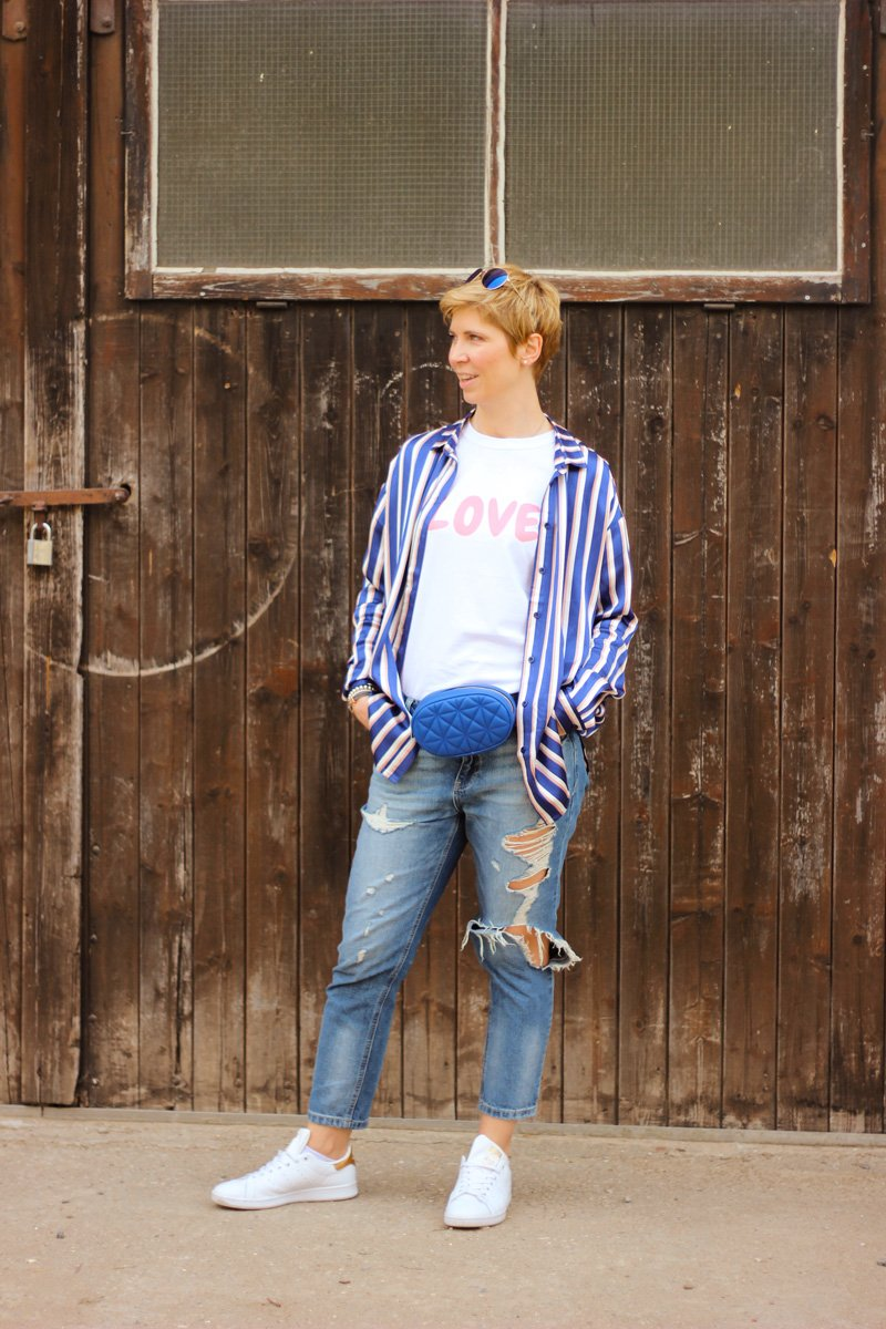 Conny-Doll-Lifestyle: Bluse im Pyjama-Look, destroyed Denim, kaputte Jeans, love-Shirt, Sneaker,