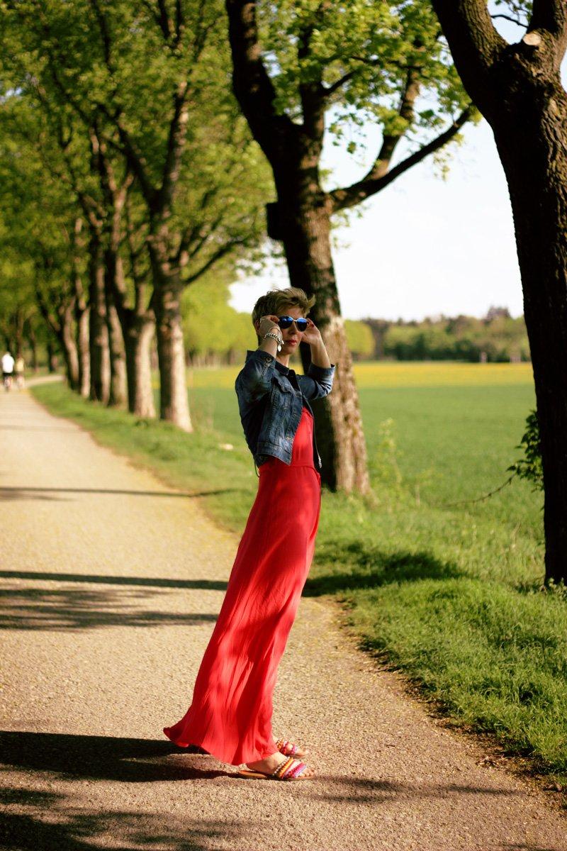 Conny-Doll-Lifestyle: langes Sommerkleid, orange, Jeansjacke, Gürteltasche,