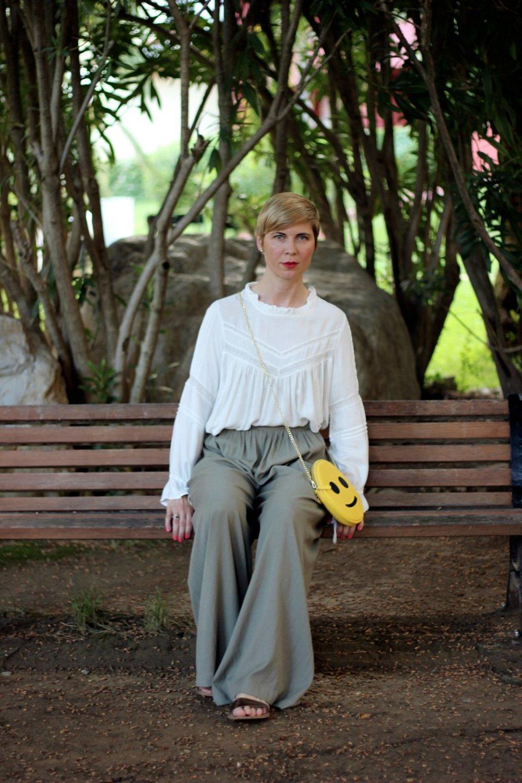 Conny Doll Lifestyle: Palazzo-Hose mit einer viktorianischen Bluse kombiniert, Orange is the new Black