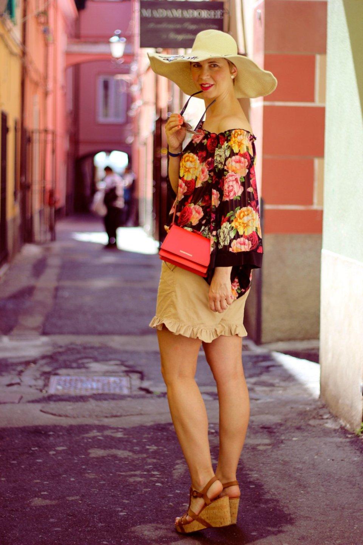 Conny Doll Lifestyle: schulterfrei, Blumenbluse, Shorts, Volants, Hut, Stylingtipp für die Côte d'Azur, Sommerlook