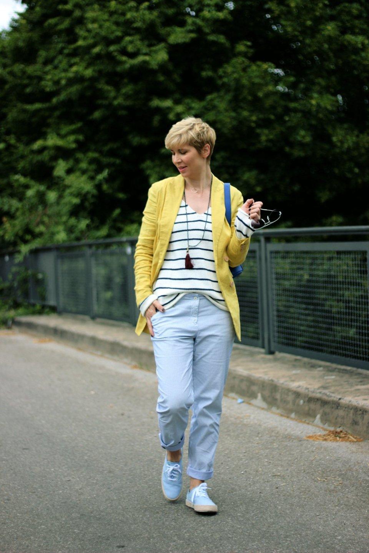 Conny Doll Lifestyle: Senfgelb und Blau, Blazer, Pullover, Streifenmix, casual Friday,