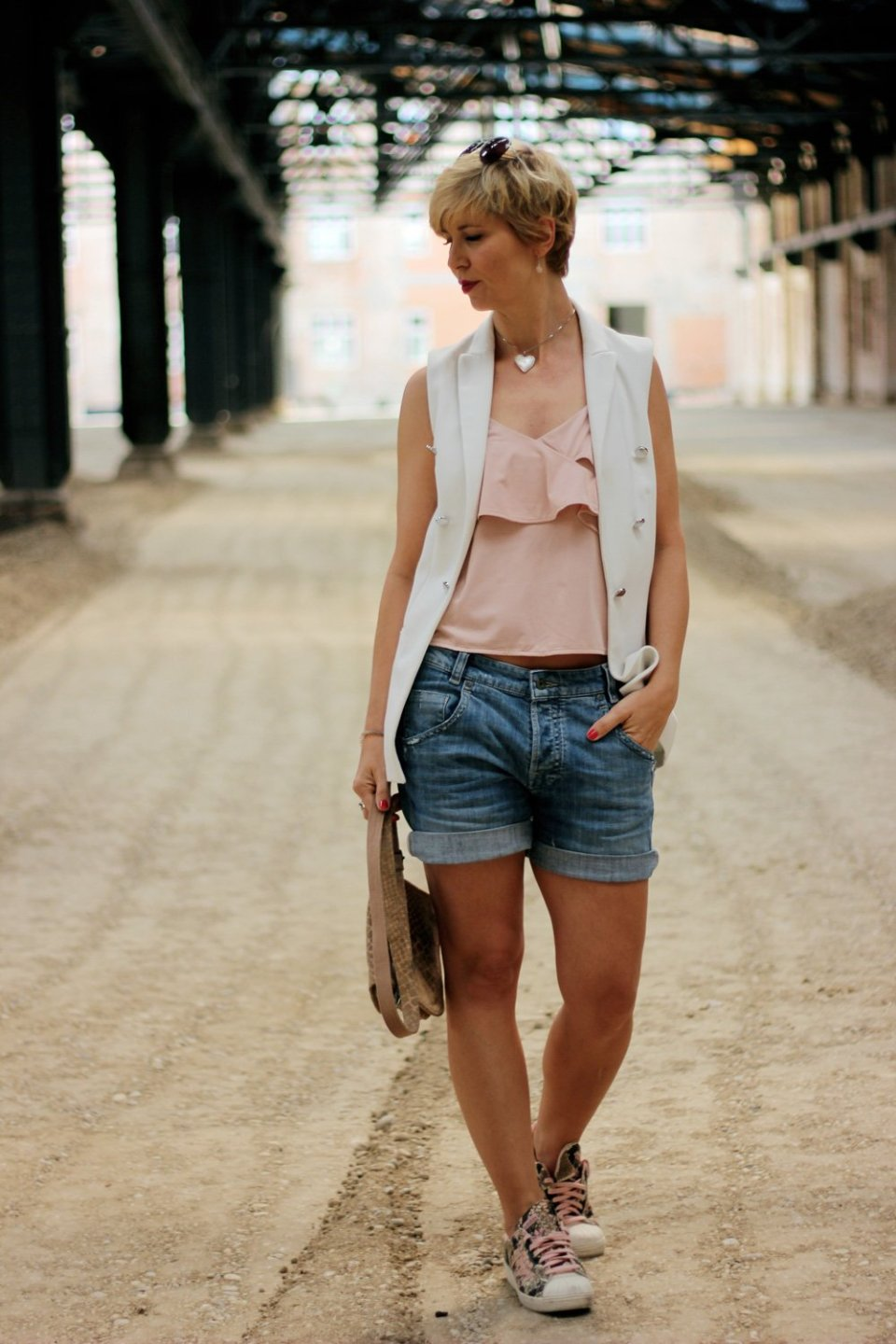 conny-doll-lifestyle: Spaetsommerlook, Shorts im Spätsommer, Weste, Top, Volants, Sneaker, 40plus, casual, sportlich