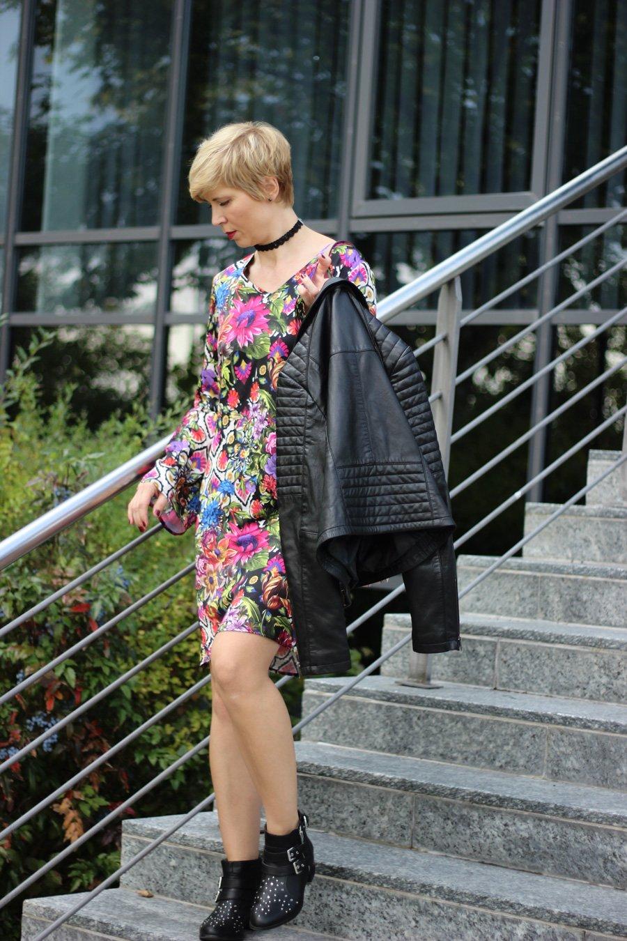 Conny doll lifestyle: Amy Vermont von WENZ: Stilmix mit Lederjacke und Blumenkleid,