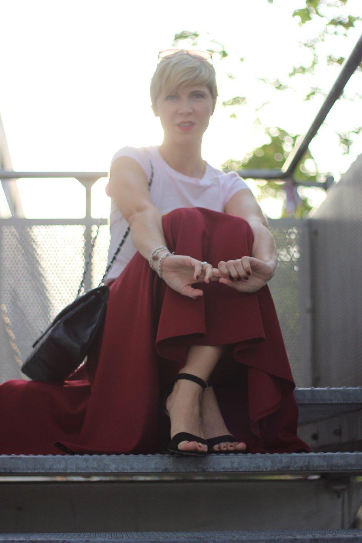 conny doll lifestyle: shirt mit smiliey, traumberuf bloggerin, burgunderrock, spaetsommerlook, sandale,