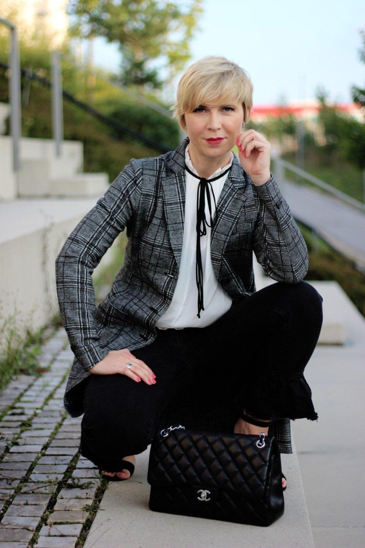 conny doll lifestyle: Karo, kariert, Gehrock, Herbsttrend 2018, schwarz-weiß, Spitzenbluse,