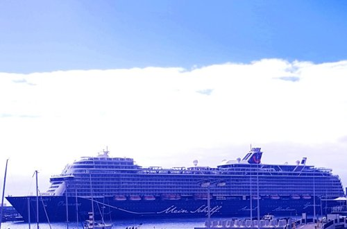 conny doll lifestyle: Meine erste Kreuzfahrt mit der Mein Schiff 1 - Teil 1: Die Anreise, Mein Schiff 1 im Hafen von Madeira, Wohlfühlflotte, TUICruises, Pressreise, Kanaren mit Madeira