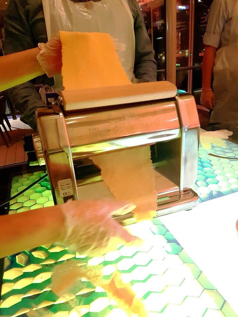 conny doll lifestyle: Meine Reise mit der Wohlfühlflotte auf der Mein Schiff 1 - Teil 2: Workshops und Dresscode, pastaworkshop, nudelmaschine
