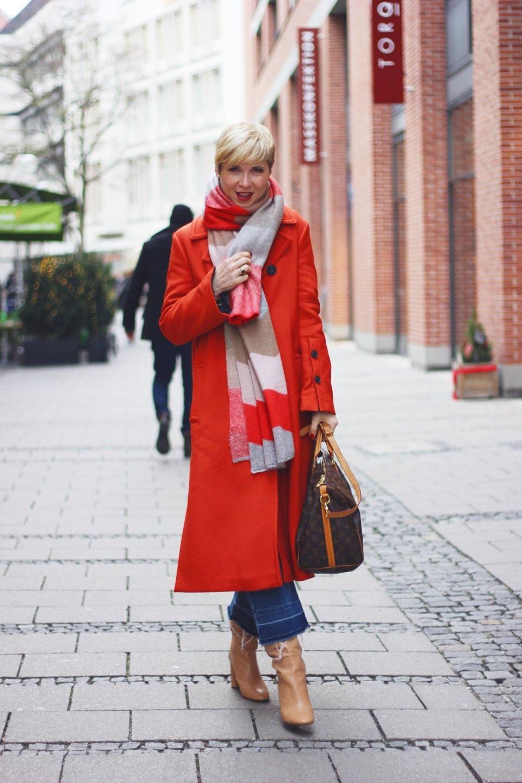 conny doll lifestyle: Mein Konsumverhalten muss sich ändern - Jeans-Culottes und Stiefel, Schluppenbluse von Madeleine, Blazer, Winterlook, Münchner Innenstadt, Gedanken über Nachhaltigkeit, Shopping