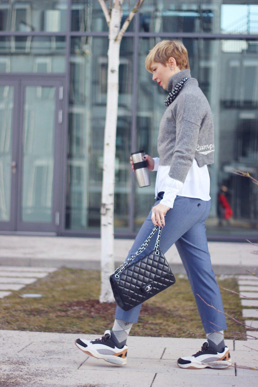 conny doll lifestyle: Officelook für frostige Wintertage - Ein Yeti im Büro, Rollkragen, Bluse, Anklehose, Sneaker, roter Mantel, Lagenlook