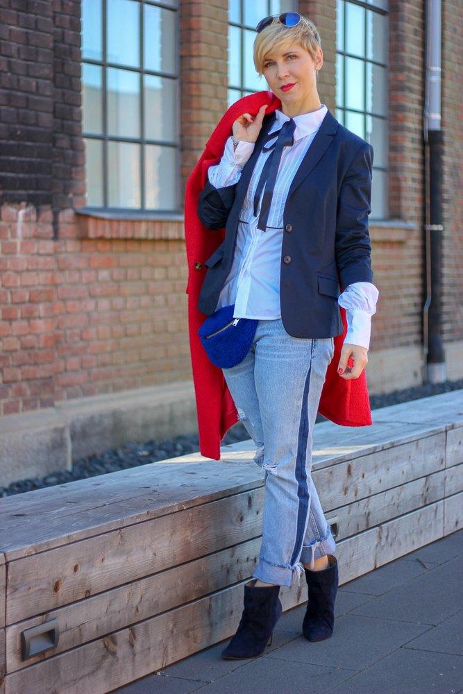 conny doll lifestyle: Neulich im Club: Unterhältst Du Dich noch oder schaust Du schon blöd? Mantel, Biesenbluse, Outfitinspiration, Frühling, Blau, Denim, Seitenstreifen