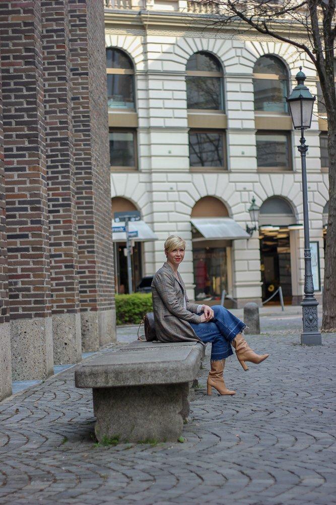 conny doll lifestyle: Shopping-Event im sego-Store und Übergangslook mit Stiefel, Mantel, Karoblazer, Denim,
