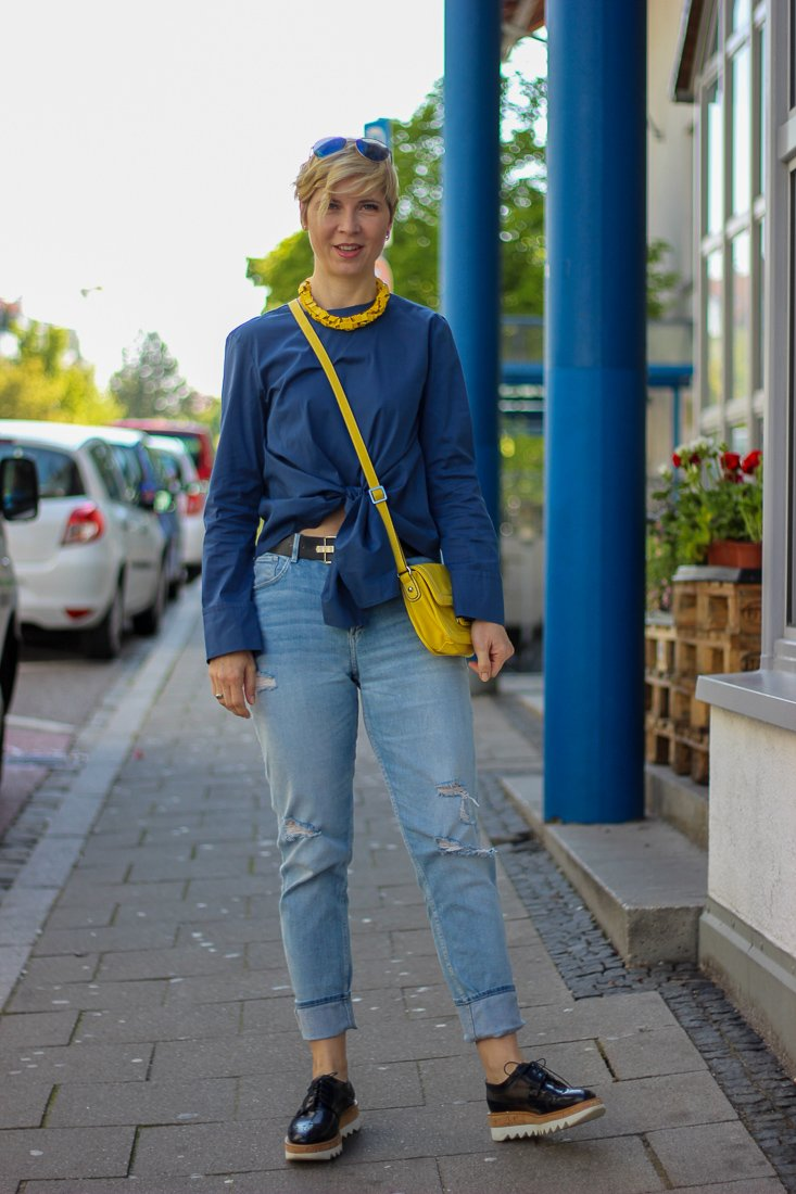 conny doll lifestyle: Outfit in blau, Mode, Inspiration, casual, Friday-Outfit, highwaist, denim, Bluse mit Knoten, Knotenbluse