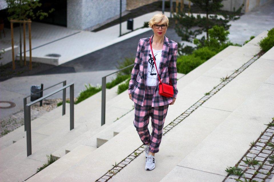 conny doll lifestyle: Blick in den Spiegel - oberflächlich, eitel und ein Karoanzug, Sneaker, farbenfroh