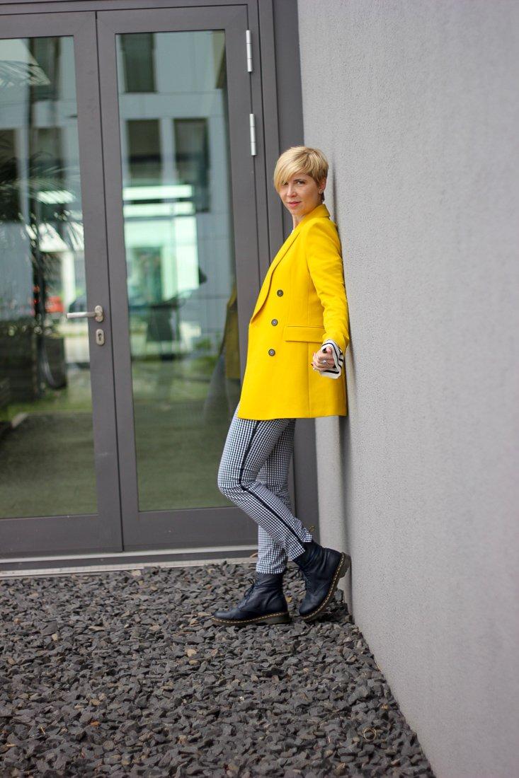 conny doll lifestyle: ein Look, gelber Blazer, Streifen, Vichykaro, Toni-Hose, DocMartens, schwarz, weiß, gelb