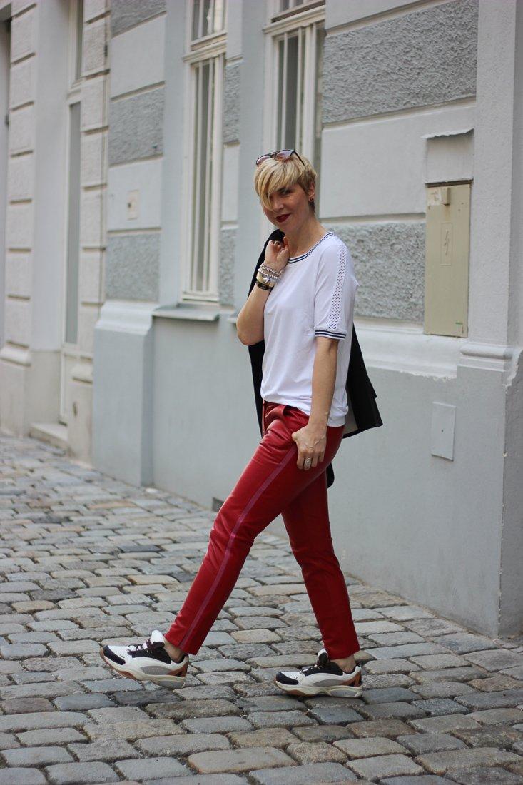 conny doll lifestyle: WENZ, Stylingideen für eine rote Hose - sportlich, casual, T-Shirt, Sneaker