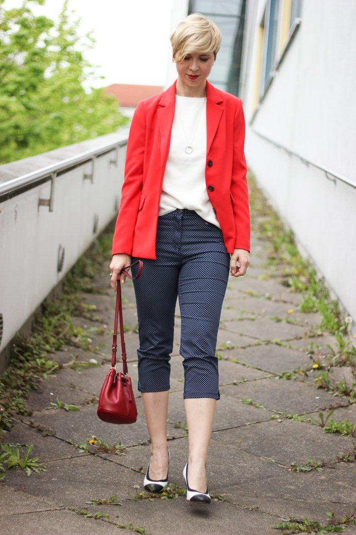 conny doll lifestyle: Übergangslook mit Blazer, 3/4-Hose, Toni-Fashion, blau, weiß, rot