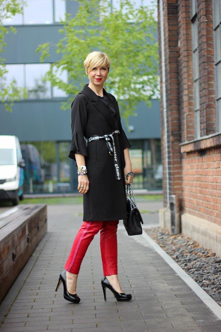 conny doll lifestyle: Stylingideen für eine rote Lederhose - schicke, lange Weste, Statementärmel, Bluse