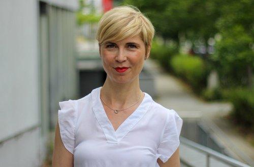 conny doll lifestyle: Blogbeitrag über Tipps für Flugreisen während der Pfingstferien, Illustriert mit einem Look mit blauem Maxirock und weißer Bluse fürs Büro, Headerbild