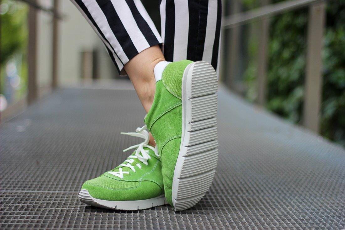 conny doll lifestyle mit UXGO, Ladyblogger, Sneaker zum Businesslook, schwarz-weiß, grün, gesunde Füße