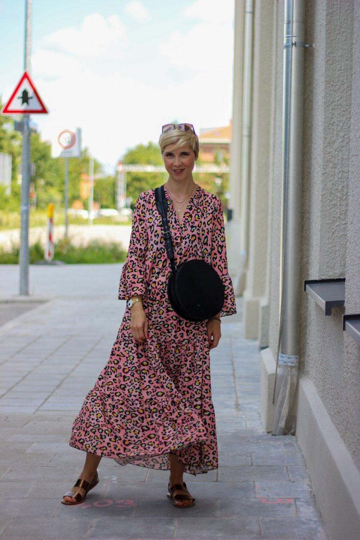 conny doll lifestyle: Leokleid, Sommerkleid, Sommerkleid mit buntem Leoprint - passt auch im Herbst