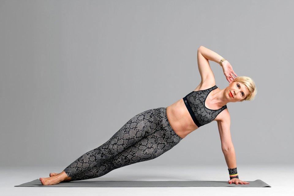 conny doll lifestyle: Seitstütz mit Anita Acitve im Pythonstyle, workout, sporthose, sport-bh