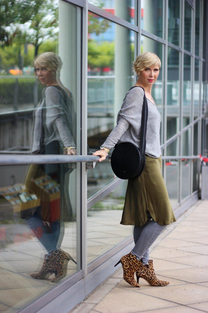 conny doll lifestyle: Herbststyling, Negligé, Nili Lotan, Kleid über einer Hose, Slipondress