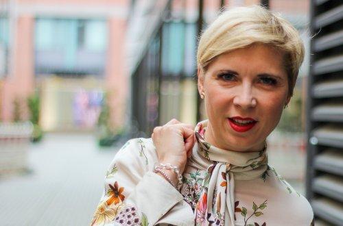 conny doll lifestyle: Officelook in Indiansummer-Farben - in 53 Tagen beginnt der Advent, Herbstlook 2019, Stiefel, Rock, Schluppenbluse