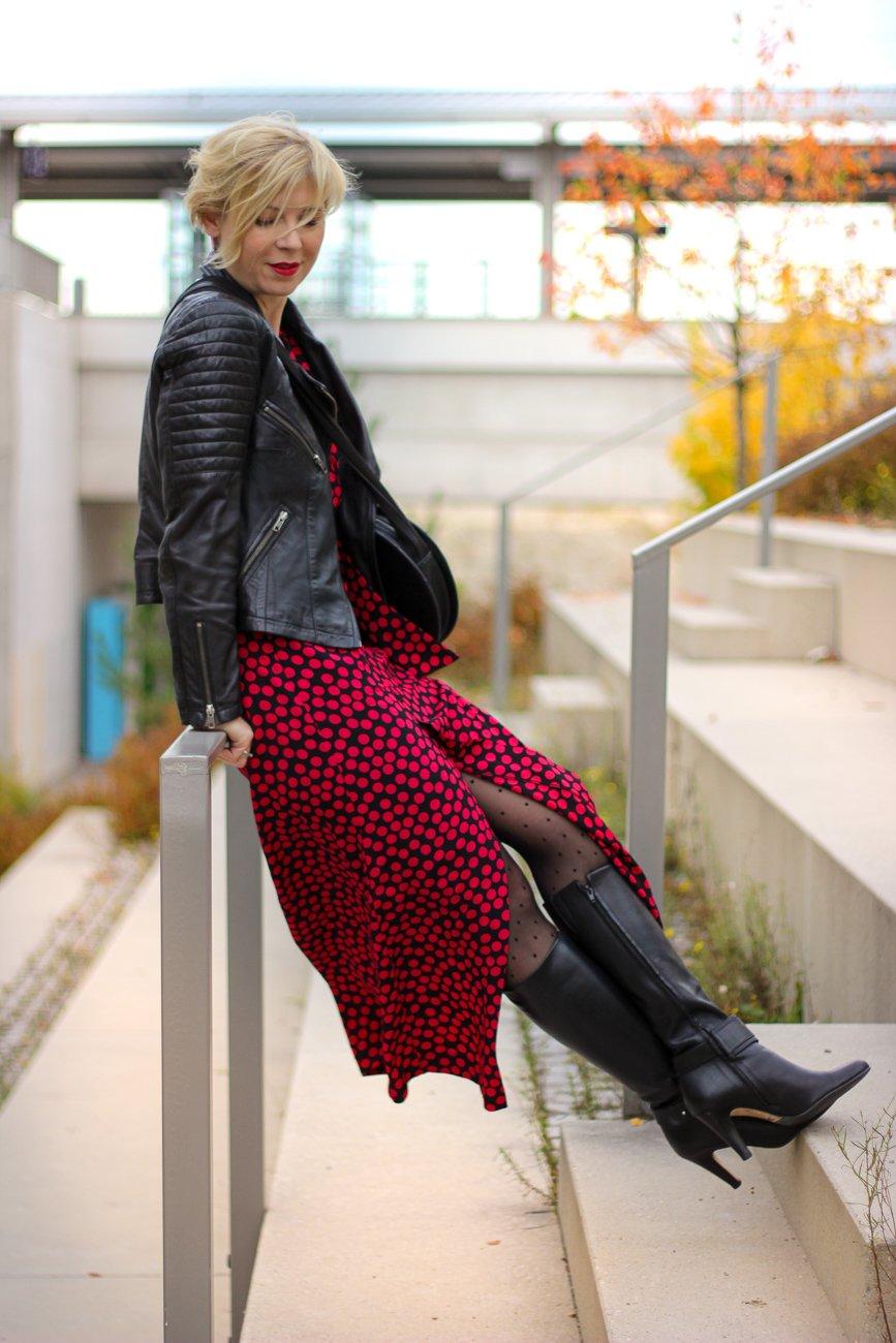 conny doll lifestyle: Maxidress im Herbst – worauf ich beim Styling achte, Punktekleid, Stiefel, Strumpfhose