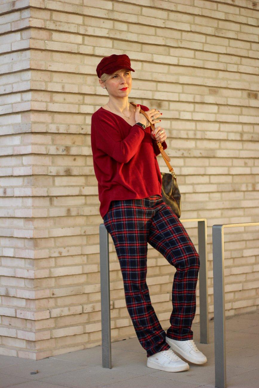 conny-doll-lifestyle: Karohose sportlich gestylt, rote und blaue Details, Sneaker, Blogpost übers Älterwerden
