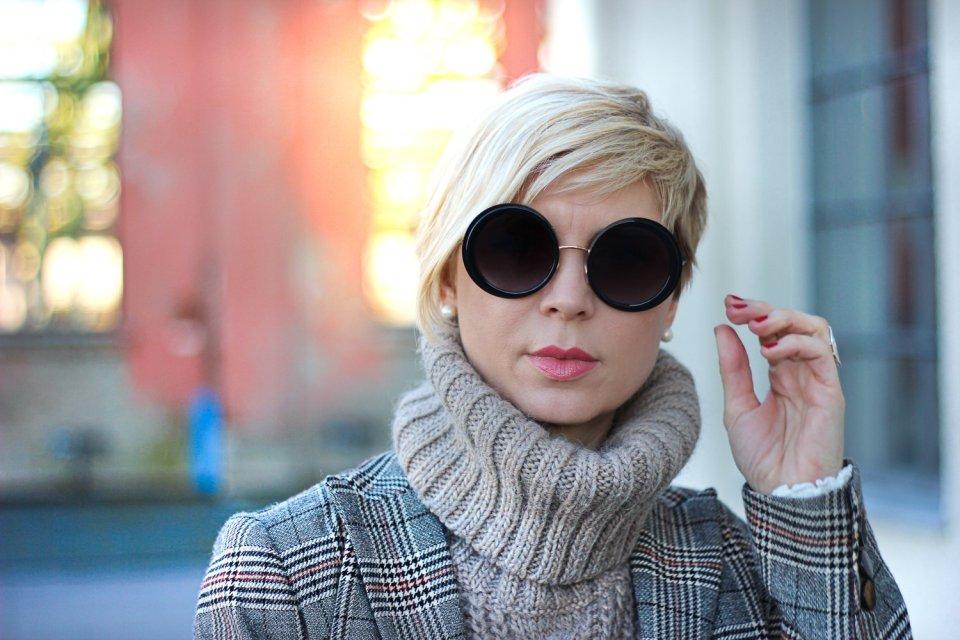 conny doll lifestyle: Details Sonnenbrille, Strickrolli, Braun, Beige