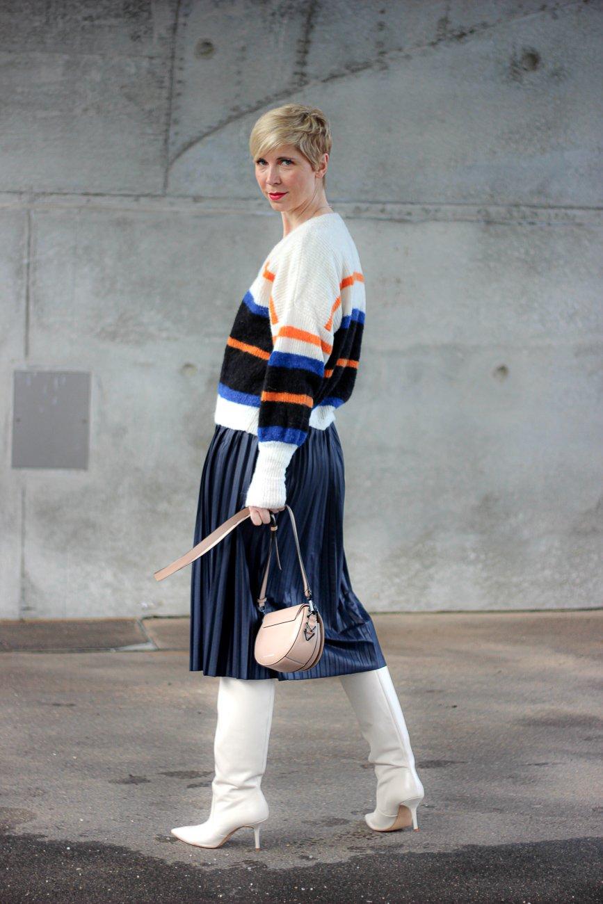conny-doll-lifestyle: Plisseerock mit Stiefel, casual, Sweater, Outfitinspiration für den Winter