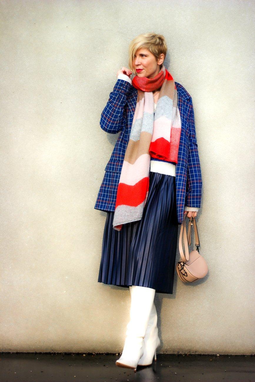 conny doll lifestyle: Plisseerock mit Stiefel, Pullover, casual, blau, Winterlook