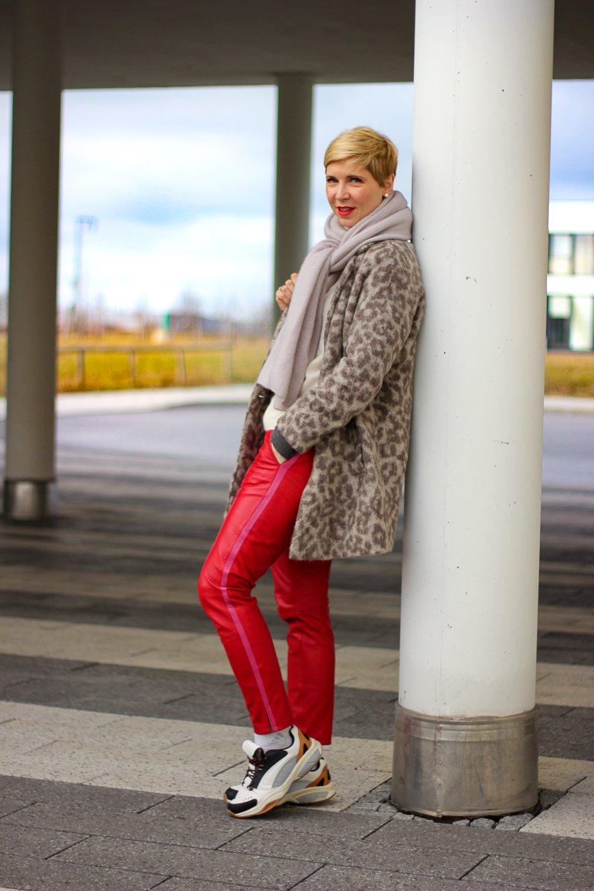 conny-doll-lifestyle: Die Kunst des Wartens, rote Lederhose, Sneaker, heller Pullover, Kuschelpullover, casual styling