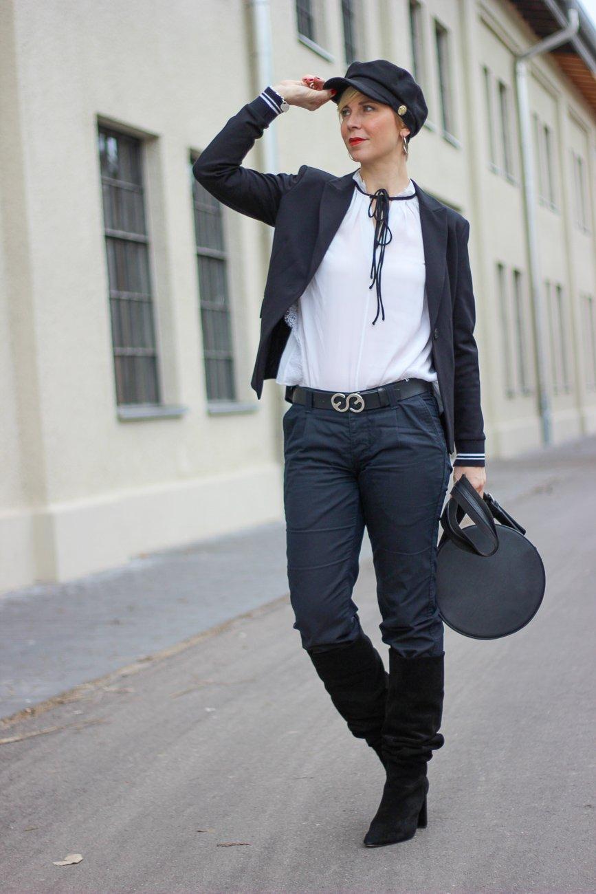 conny doll lifestyle: Fashionbloggerin, München, Outfitinspiration, schwarz-weiß, Stiefel, Frauenrechte,