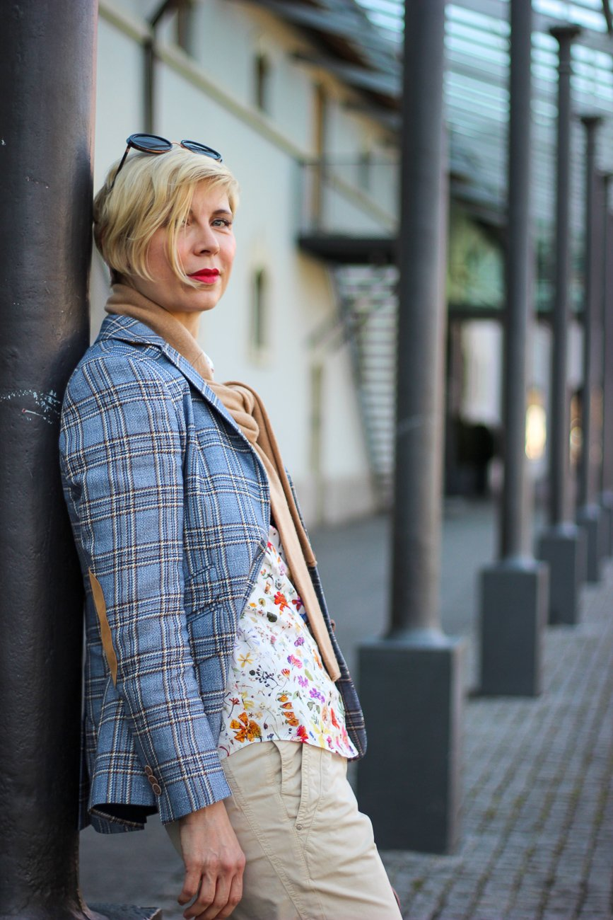 conny doll lifestyle: Karoblazer mit Blumenbluse, britische Klassiker, Frühlingslook