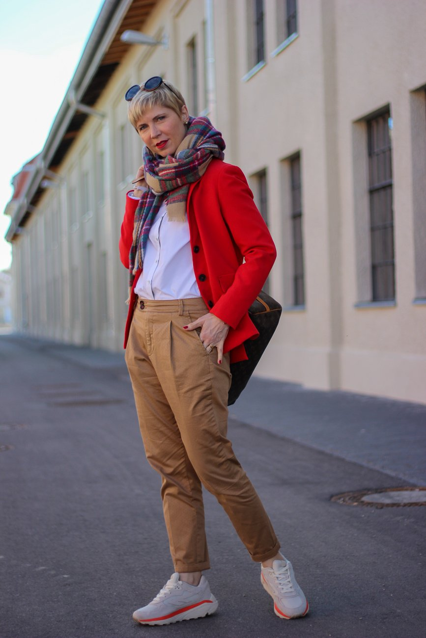 conny doll lifestyle: cognac und rot, Businesslook, roter Blazer, Bluse, casual Business,