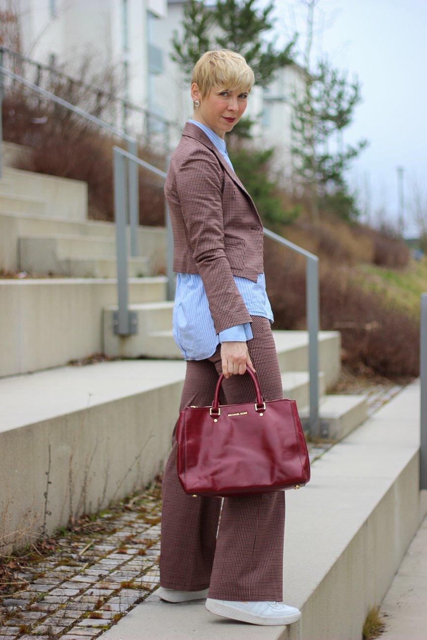 conny doll lifestyle: Karoanzug, ab 40plus, hellblaue Bluse, Business casual