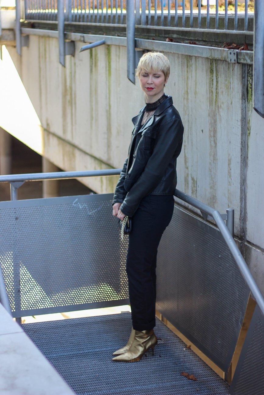 conny doll lifestyle: Ein Ausgeh-Outfit für Zuhause - Afterwork im Homeoffice, schwarze Spitzenbluse, transparent, Bundfaltenhose, goldene Schuhe, Lederjacke