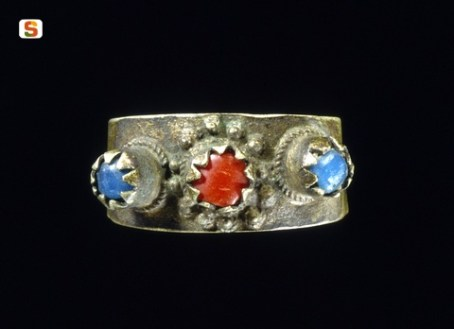"""Anello nuziale """"a fascia"""" in oro, con applicazioni in filo ritorto e granulazione, Ø 2,1 cm, Cagliari, collezione Cocco."""