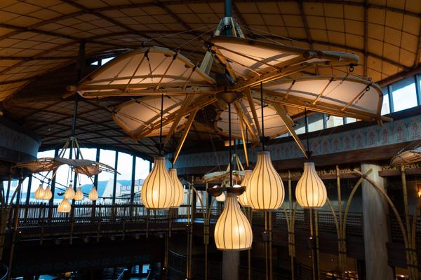 ロビーの天井ランプ