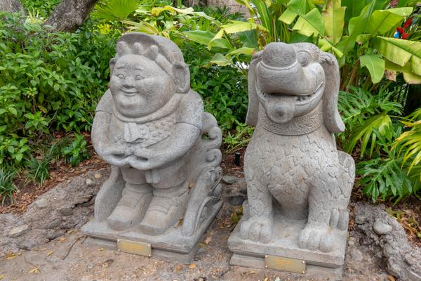 ラッセルとダグの石像