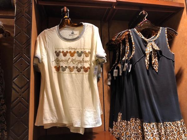 アニマルキングダム・ロッジ・ジャンボハウスのザワディ・マーケットプレイスのシャツ