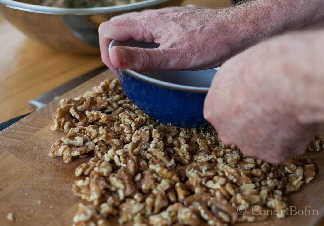 I used the bowl in which I stored them to crush the walnuts. Very inventive and original.
