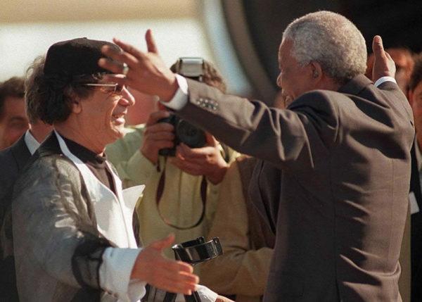 Mu'Ammar Gheddafi con Nelson Mandela