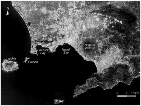 L'area vulcanica Napoletana, che con la presenza di tre vulcani esplosivi: Campi Flegrei, Vesuvio, Ischia e la sua altissima urbanizzazione (rappresentata qui dall'intensità del colore bianco) è caratterizzata dal più alto rischio vulcanico al Mondo.