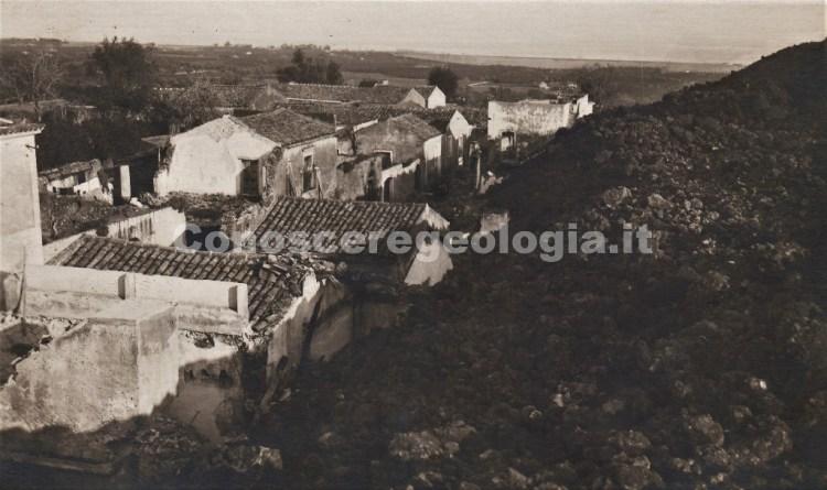 Fig. 2 - Alcune delle abitazioni rimaste illese dall'avanzata della colata lavica. Cartolina postale del fotografo Francesco Galifi. (Collezione privata)