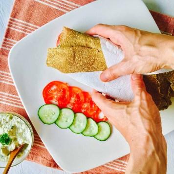 Gyros con salsa tzatziki y vegetales