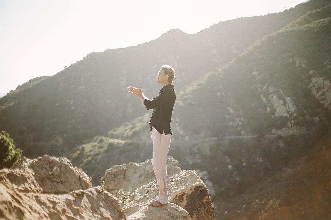 qigong-breathing-in-the-mountains