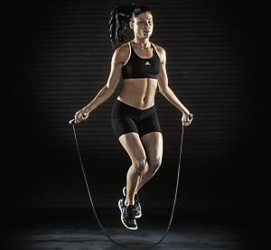 S'entraîner avec la corde à sauter