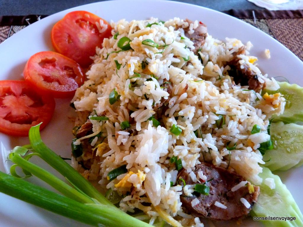 Riz sauté à la saucisse de chiang mai